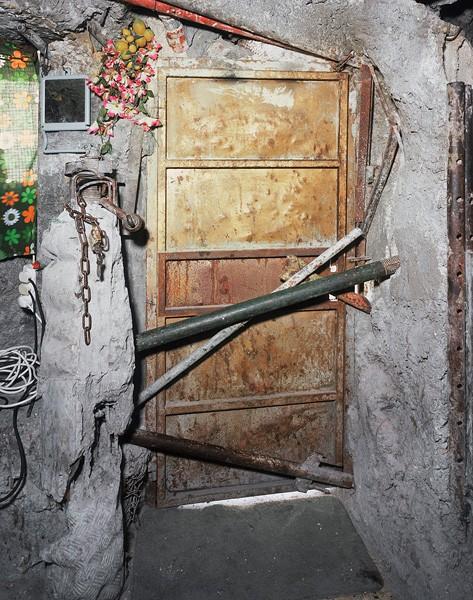 818_07 Ron Amir, Door, 2010, archival pigment print, 127x100 cm-473x600
